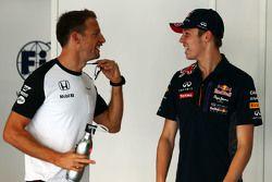 Jenson Button, McLaren avec Daniil Kvyat, Red Bull Racing lors de la parade des pilotes