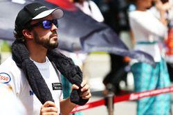 Фернандо Алонсо McLaren на стартовой решетке во время исполнения национального гимна
