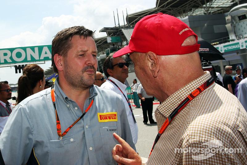 Paul Hembery, Pirelli-Sportchef, mit Niki Lauda, Aufsichtsratsvorsitzender Mercedes AMG F1, in der Startaufstellung
