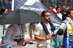 Lewis Hamilton, Mercedes AMG F1, und Fernando Alonso, McLaren, bei der Nationalhymne in der Startaufstellung