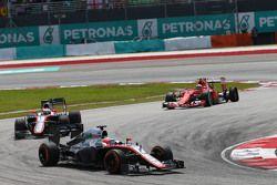 Fernando Alonso, McLaren MP4-30 devance son équipier Jenson Button, McLaren MP4-30 et Kimi Raikkonen, Ferrari SF15-T, qui a une crevaison