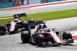 Fernando Alonso, McLaren MP4-30 devance son équipier Jenson Button, McLaren MP4-30