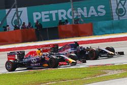Daniel Ricciardo, Red Bull Racing RB11 et Max Verstappen, Scuderia Toro Rosso STR10