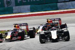 Нико Хюлькенберг, Sahara Force India F1 VJM08 опережает Даниэль Риккардо, Red Bull Racing RB11 и Дан