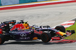 Daniil Kvyat, Red Bull Racing RB11 et Nico Hulkenberg, Sahara Force India F1 VJM08 se percutent