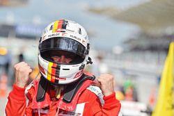 Ganador de la Carrera Sebastian Vettel, Ferrari SF15-T celebra en parc ferme