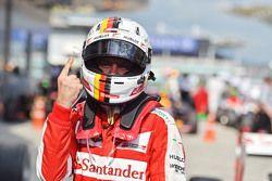 Ganador de la Carrera Sebastian Vettel, Ferrari SF15-T celebra en