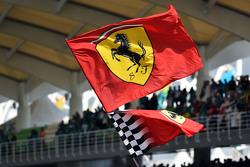 Bandera de Ferrari celebra la victoria en el podio