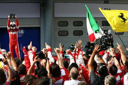 Ganador de la carrera Sebastian Vettel, Ferrari celebra en parc ferme