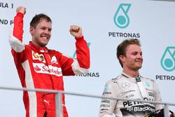 Себастьян Феттель Scuderia Ferrari и Нико Росберг Mercedes AMG F1 Team