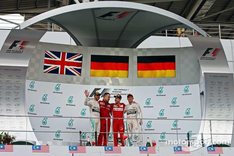 podium, Mercedes AMG F1, kedua; Diego Ioverno, Ferrari Operations Director; Sebastian Vettel, Ferrar