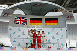 Подиум: Mercedes AMG F1, второй; Диего Иоверно, операционный директор Ferrari; Себастьян Феттель, Fe