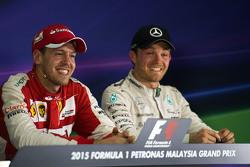 (L to R): Победитель гонки Себастьян Феттель, Ferrari и Нико Росберг, Mercedes AMG F1 на пресс-конфе