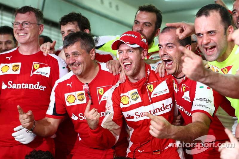 Race winner Sebastian Vettel, Ferrari celebrates with the team
