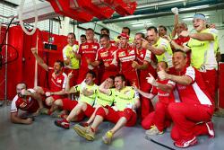 Vainqueur Sebastian Vettel, Ferrari célèbre avec son équipe
