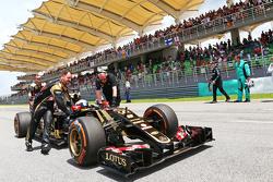 Ромен Грожан Lotus F1 E23 на стартовой решетке