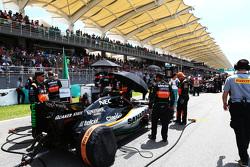 Серхио Перес Sahara Force India F1 VJM08 на стартовой решетке