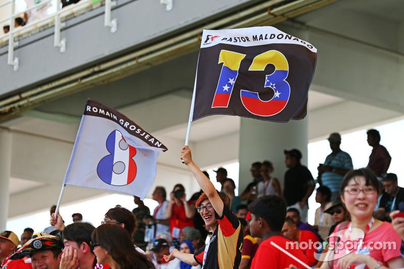 Lotus F1 Team фанати з прапори