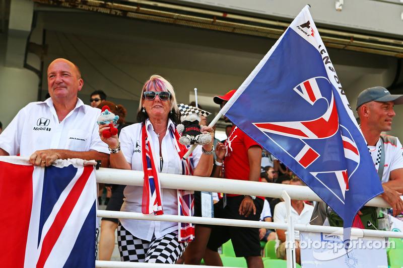 Jenson Button con fans de McLaren