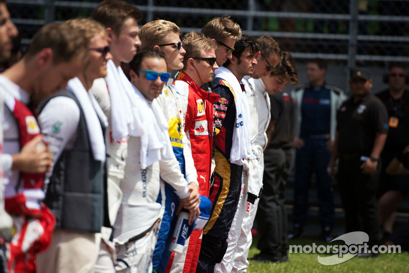 Kimi Raikkonen, Ferrari bersama the drivers as the grid observes the national anthem