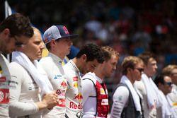 Макс Ферстаппен Scuderia Toro Rosso с другими пилотами во время исполнения национального гимна