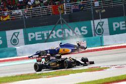 Пастор Мальдонадо Lotus F1 E23 проезжает мимо Sauber C34 Маркуса Эриксона вылетевшего с трассы