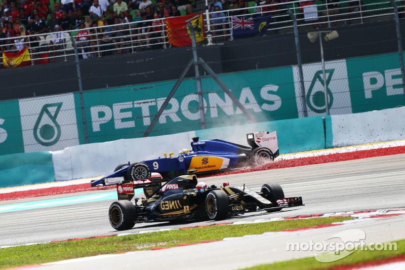 Pastor Maldonado, Lotus F1 E23 passes Marcus Ericsson, Sauber C34 who spins out of the race