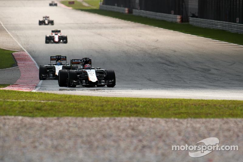 نيكو هلكنبرغ، سهارا فورس إنديا للفورمولا 1 على متن سيارة في جيه أم 08 يتقدم على زميله سيرجيو بيريز، سهارا فورس إنديا على متن سيارة في جيه أم 08