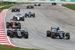 Sergio Perez, Sahara Force India F1 VJM08, and Lewis Hamilton, Mercedes AMG F1 W06 battle for position