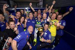 El ganador de la carrera, Valentino Rossi celebra con su equipo