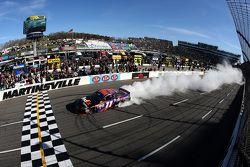 Racewinnaar Denny Hamlin, Joe Gibbs Racing Toyota, viert feest