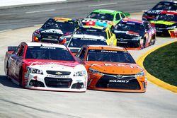 Kevin Harvick, Stewart-Haas Racing Chevrolet, Carl Edwards, Joe Gibbs Racing Toyota