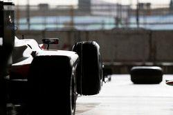 Une voiture MP Motorsport au garage