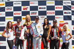 GTA подиум: второе место - Майкл Льюис, победитель гонки - Франк Монте и третье место - Энрике Сисне