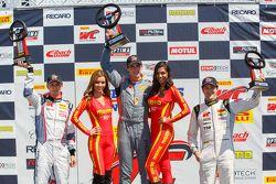 GT Cup подиум: второе место - Слоан Юрри, победитель гонки - Колин Томпсон и третье место - Лоренцо