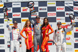 GT Kupası Podyum: İkinci Sloan Urry, Yarış galibi Colin Thompson ve üçüncü Lorenzo Trefethen