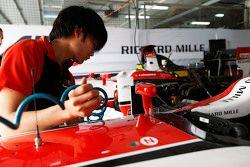 Nobuharu Matsushita, ART Grand Prix cleans his cockpit after a sandstorm
