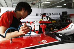 Nobuharu Matsushita, ART Grand Prix, säubert sein Cockpit nach einem Sandsturm