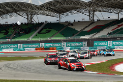 起步: Pepe Oriola, SEAT Leon Racer, Craft Bamboo Racing LUKOIL,领先车阵
