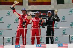 منصة تتويج السباق الثاني: المركز الأول، جوردي جيني، سيات ليون تيم كرافت- بامبو لوك أويل. المركز الثا