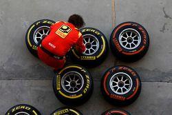 Un mecánico de Racing Engineering prepara neumáticos Pirelli
