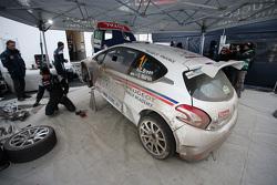 Peugeot 208 T16 Крейга Брина на сервисе Circuit of Ireland Rally