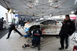 Peugeot 208 T16 Шарля Мартена на сервисе Circuit of Ireland Rally
