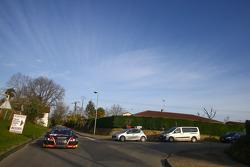 Les voitures roulent sur route ouverte pour la séance photos