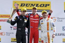 Podium: racewinnaar Gordon Shedden, tweede plaats Andy Priaulx, derde plaats Colin Turkington