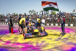 David Coulthard, Red Bull Racing, met de Indiase vlag tijdens de Red Bull Showrun op Necklace Road i
