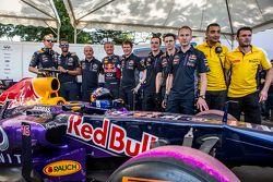 L'écurie Infiniti Red Bull Racing pose pour une photo avec David Coulthard, Red Bull Racing au Red Bull Show run 2015 sur la Necklace Road à Hyderabad, en Inde