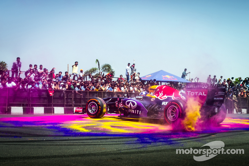 David Coulthard, Red Bull Racing, participa en el Red Bull Show Run 2015 en el Necklace Road en Hyderabad, India