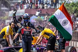 David Coulthard, Red Bull Racing waves the Indian flag at the end of the Red Bull Show Run 2015 at Necklace Road in Hyderabad, India