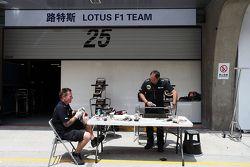 Mécaniciens Lotus F1 Team au travail dans la pit lane